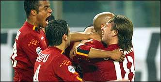 Un abbraccio tra i calciatori della Roma 2003/04